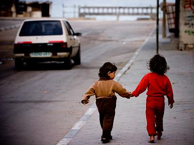 gaza_sisters_holding_hands_zoriah
